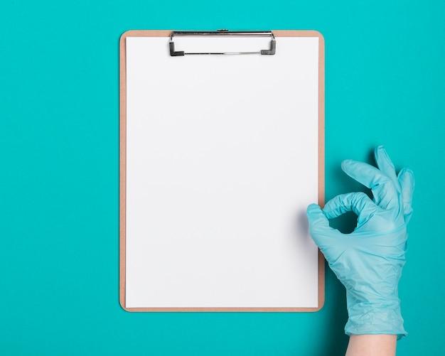 Presse-papiers médical vue de dessus sur la table