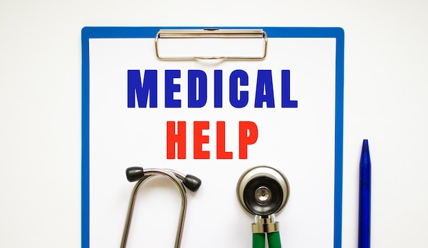 Presse-papiers avec page et texte aide médicale sur une table avec un stéthoscope et un stylo