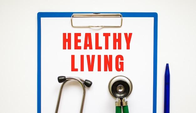Presse-papiers avec page et texte concept médical de vie saine