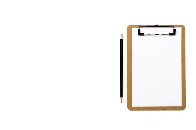 Presse-papiers et papier blanc isolé sur fond blanc