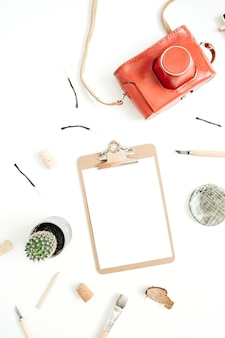 Presse-papiers avec papier vierge, appareil photo rétro, succulent, outils pour les arts faits à la main sur blanc