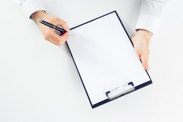 Presse-papiers sur une table blanche. fermer