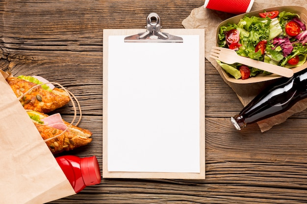 Presse-papiers vide avec fast food et soda