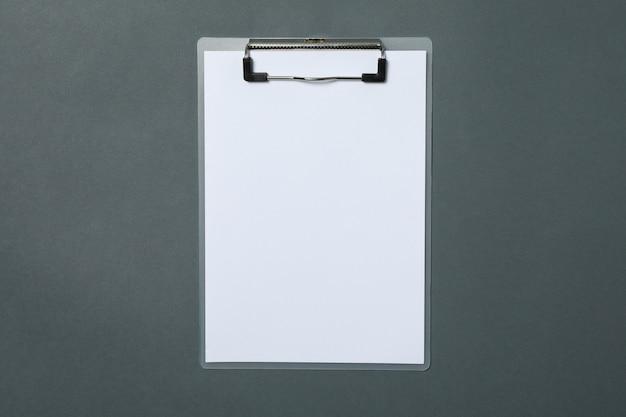 Presse-papiers vide sur fond noir clair, espace pour le texte