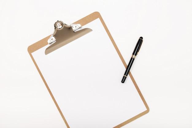 Presse-papiers vide maquette et stylo isolé sur fond blanc. bloc-notes blanc