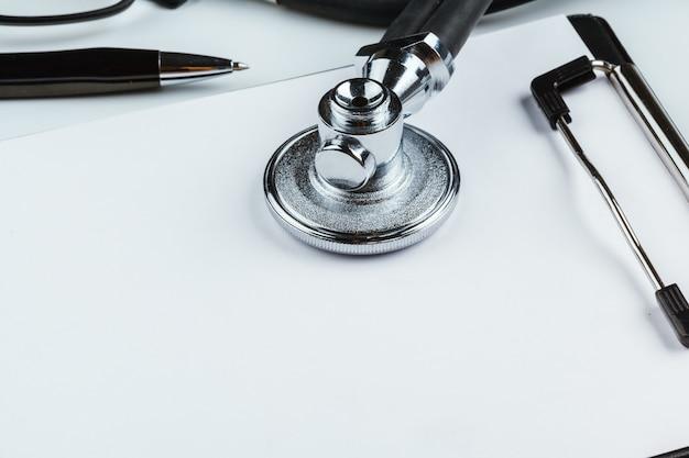 Presse-papiers vierge avec stéthoscope moderne