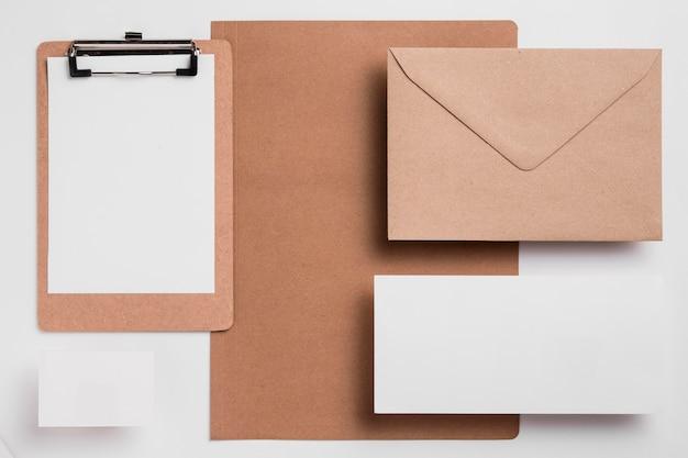 Presse-papiers vierge vue de dessus avec enveloppe