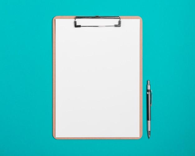 Presse-papiers vue de dessus avec un stylo sur la table