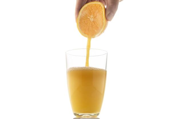 Presser une orange dans un verre
