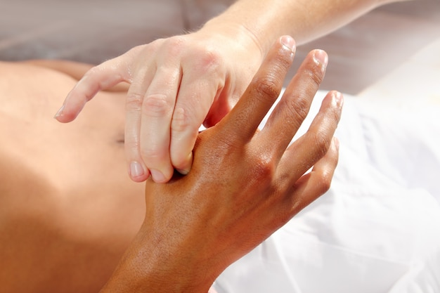 Pression digitale des mains réflexologie massage thérapie tuina