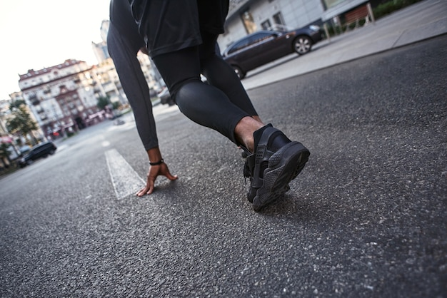 Prêt à partir photo en gros plan d'un sportif se préparant à démarrer en position de course motivation sportive