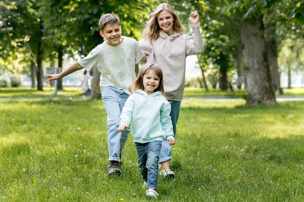 Prêt pour la mère et les enfants pendant la récréation