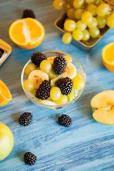 Prêt pour la variété de fruits d'été sur un bureau en bois bleu. assortiment de fruits biologiques d'été mélangés