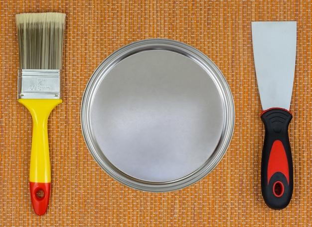 Prêt à rénover. photo créative de divers outils de peinture.