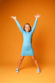Preteen fille souriante avec une robe fashion bleue