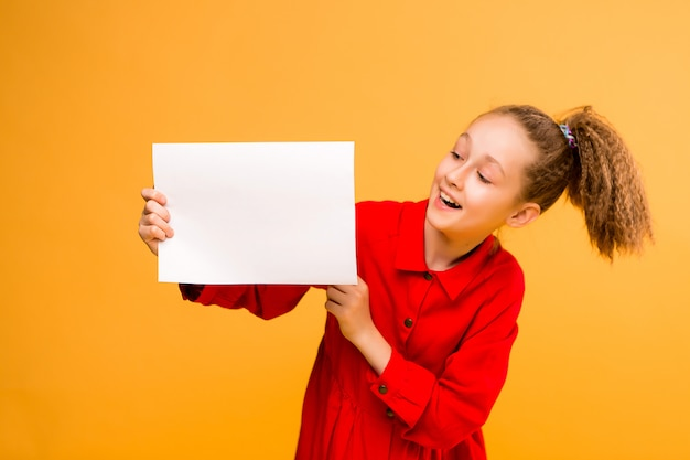 Preteen fille tenant papier blanc vierge