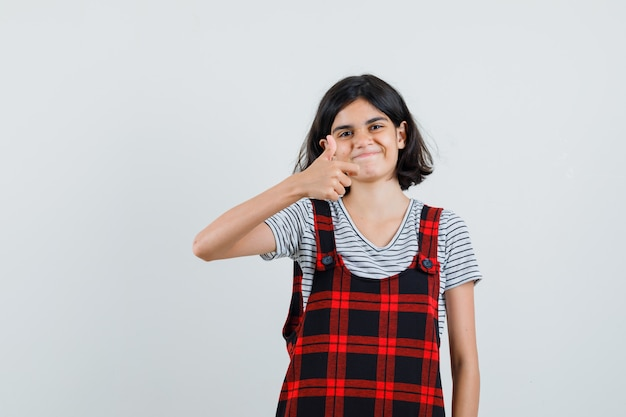 Preteen girl montrant le geste ok en t-shirt