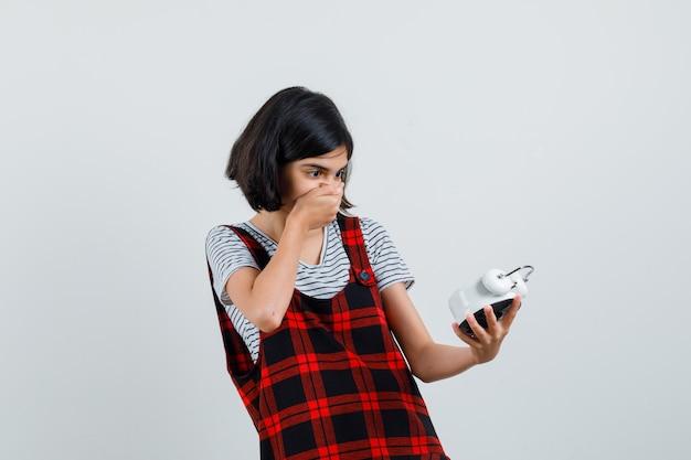 Preteen girl regardant horloge en t-shirt