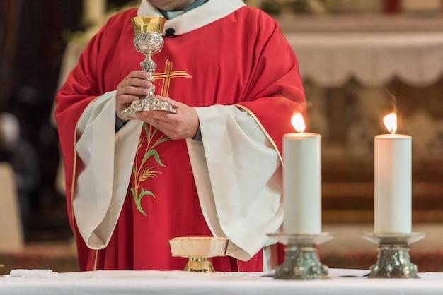 Prêtre donnant l'eucharistie