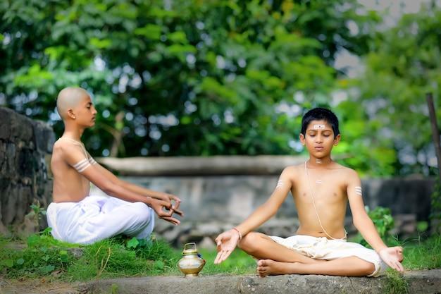 Prêtre indien méditant