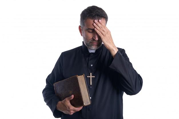 Prêtre mâle mains dans la tête inquiet
