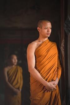 Prêtre promenade méditation