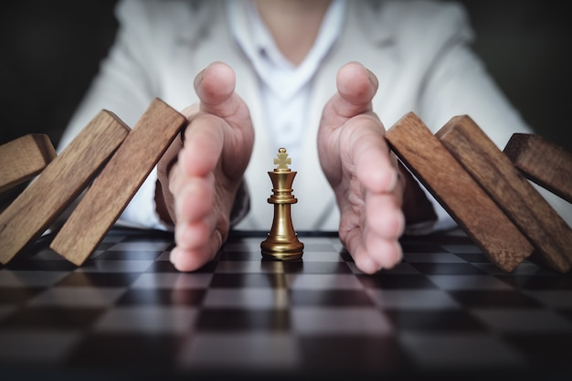Prévenir le risque de jouer aux échecs sur un business board, concept d'assurance d'entreprise.