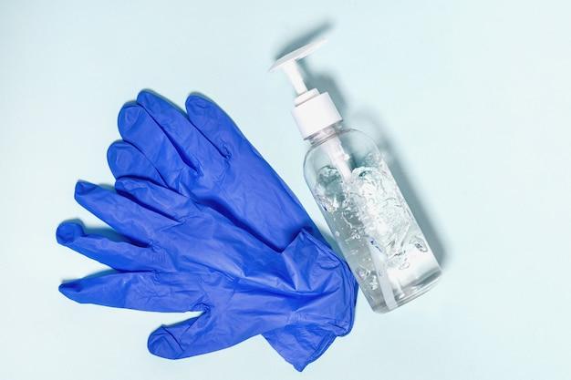 Prévention du coronavirus. gants et gel désinfectant pour les mains, vue de dessus. protection contre le corona virus