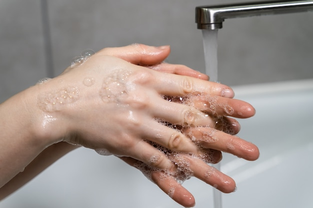 Prévention de la pandémie de coronavirus se laver les mains avec de l'eau chaude savonneuse et se frotter les ongles et les doigts se laver fréquemment ou utiliser un gel désinfectant pour les mains