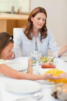 Prier famille sur le point de dîner