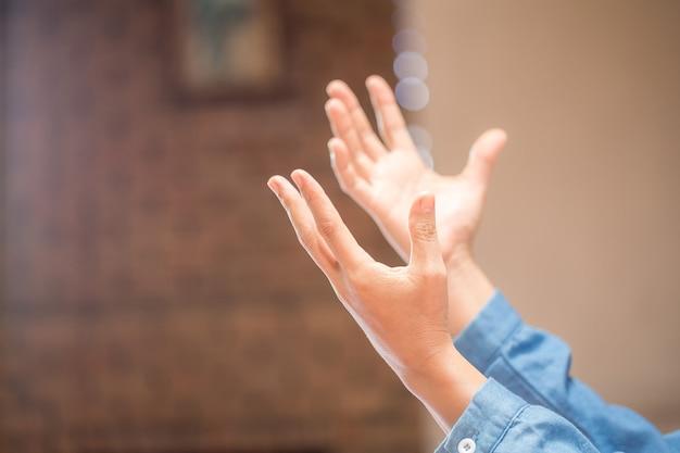 Prier les mains avec foi en la religion et croyance en dieu sur fond de bénédiction. pouvoir d'espoir ou d'amour et de dévotion dans le noir avec espace de copie, espace pour le texte
