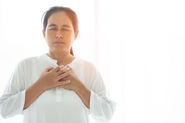 Prière de crise de la vie chrétienne à dieu. femme priez pour que dieu bénisse et souhaite avoir une vie meilleure. mains de femme priant dieu. implorer le pardon et croire en la bonté.