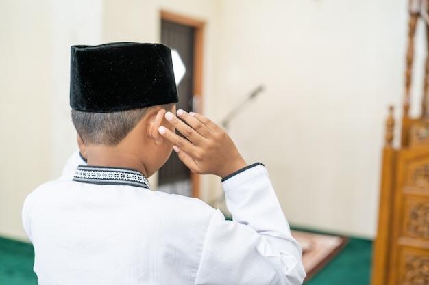 Prière musulmane dans la mosquée