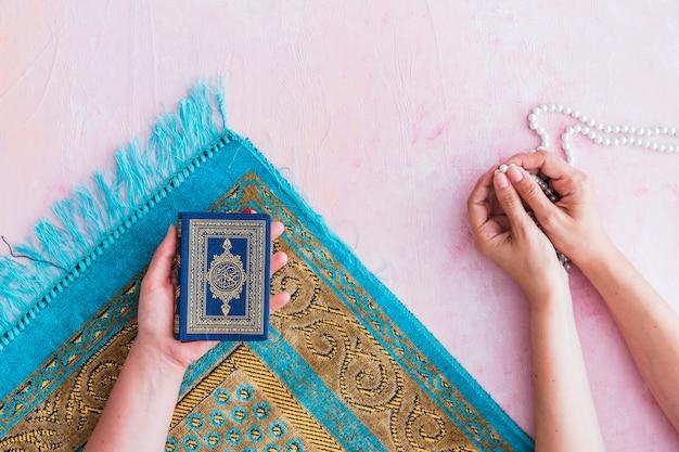 Prières avec des perles et le coran
