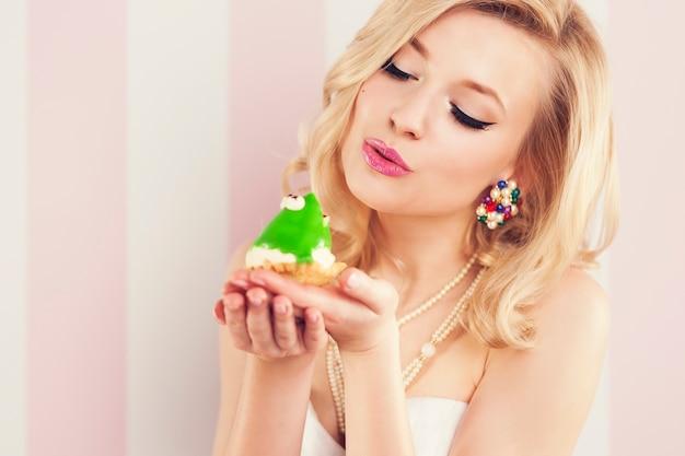 Prince grenouille embrassé par une belle femme glamour