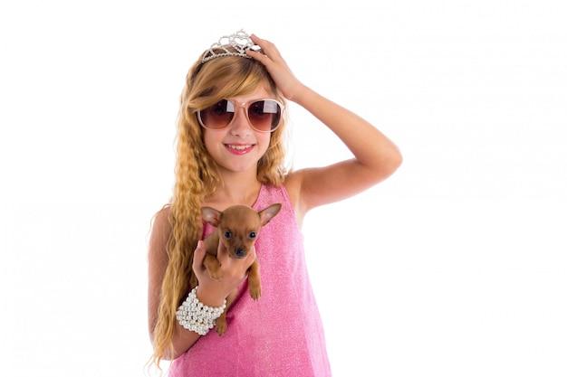 Princesse couronne fille blonde avec chiot chihuahua