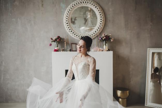 Princesse jeune femme souriante en robe de mariée classique. reine de la mode mariée élégante