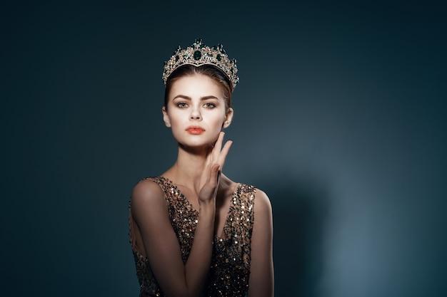 Princesse mignonne avec une couronne sur son fond foncé de luxe de décoration de tête