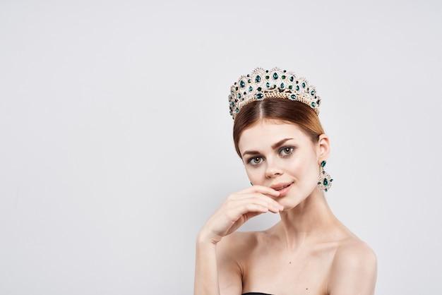 Princesse nue épaules bijoux cosmétiques look attrayant fond isolé