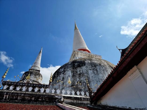 Le principal stupa plus grand sur le fond de ciel bleu au temple phra mahathat woramahawihan thaïlande