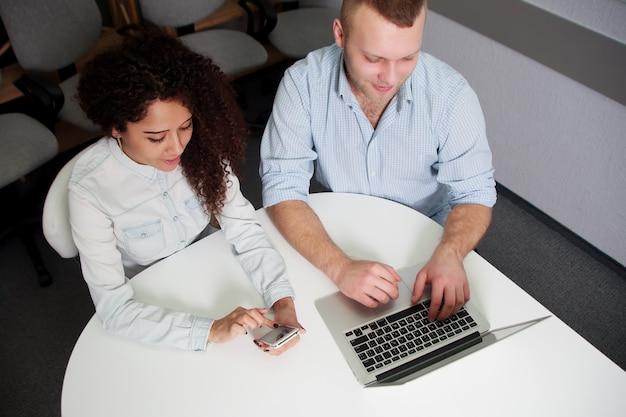Principaux partenaires travaillant au bureau à l'aide d'un ordinateur portable au bureau