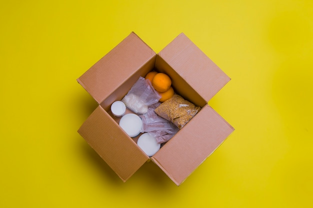 Principaux produits pour l'auto-isolation dans une boîte. assistance à la population