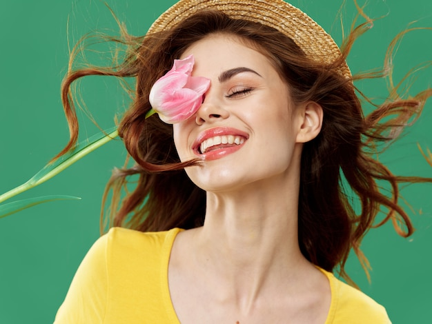 Printemps belle jeune fille avec des fleurs sur une couleur, femme posant avec un bouquet de fleurs, journée de la femme