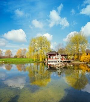 Printemps dans le jardin chinois formel par une belle journée ensoleillée