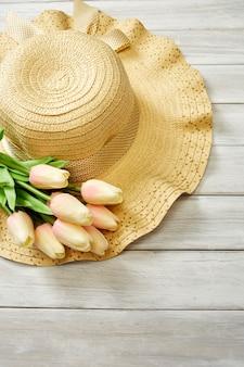 Printemps ou été avec tulipes et chapeau