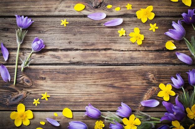 Printemps fleurs violettes et jaunes sur vieux bois