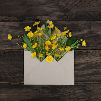 Printemps jaune petites fleurs en enveloppe.