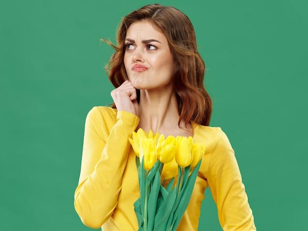 Printemps jeune belle fille avec des fleurs, femme posant avec un bouquet de fleurs, journée de la femme