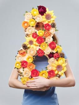 Printemps jeune belle fille avec des fleurs femme posant avec un bouquet de fleurs, journée de la femme