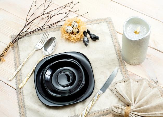 Printemps pâques, réglage de la table sur une table en bois. vue de dessus
